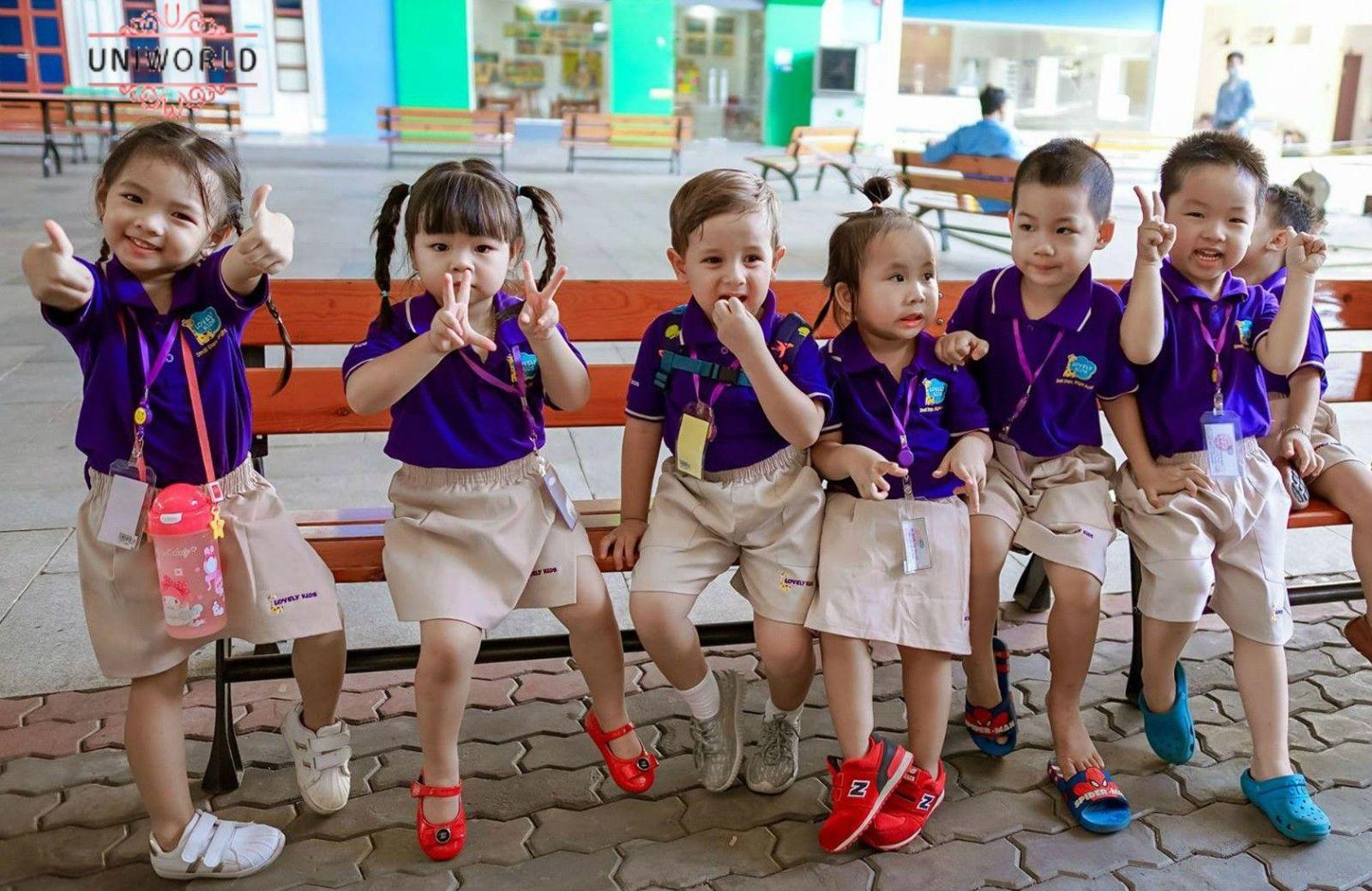 Đồng phục mẫu giáo màu sắc đi kèm với chân váy.